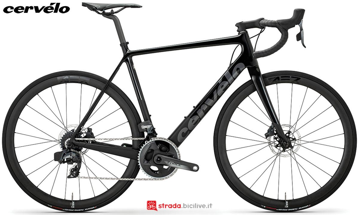 Una bici Cervélo R3 Disc 2020 con gruppo trasmissione SRAM Force eTap AXS