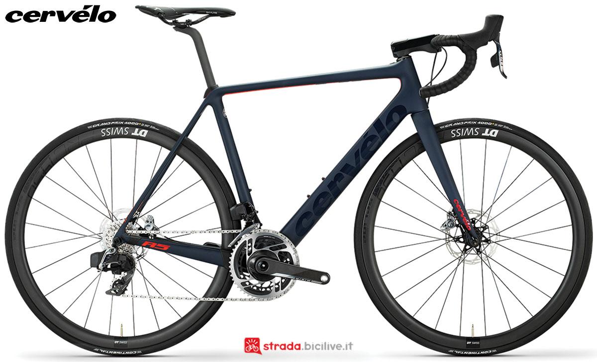 Una bici Cervélo R5 Disc 2020 con gruppo trasmissione SRAM RED eTap AXS