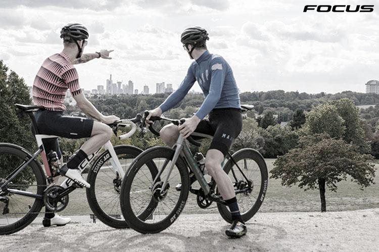 I ciclisti con bici Focus Izalco max 2020
