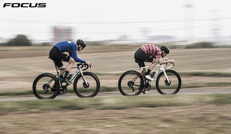 I ciclisti che pedalano con le bici Focus Izalco max 2020