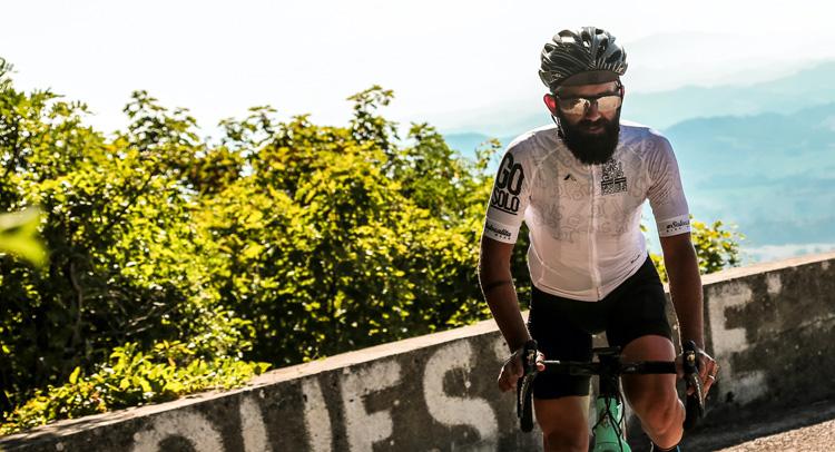 Ciclista impegnato in una gara di ultracycling