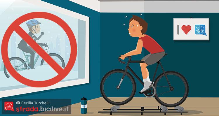 Un ciclista si allena indoor sui rulli