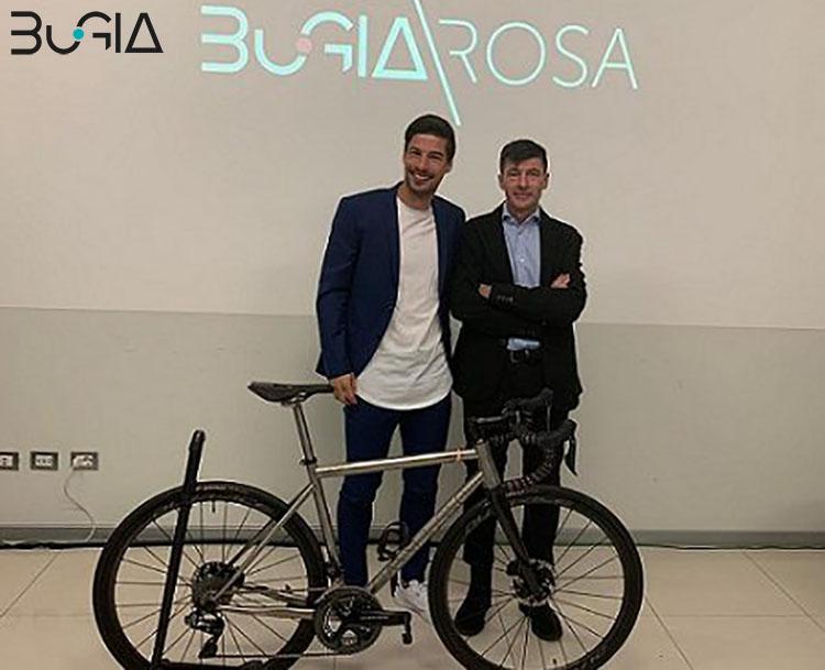 Una foto con padre e figlio con davanti bici BuGia Rosa 2020