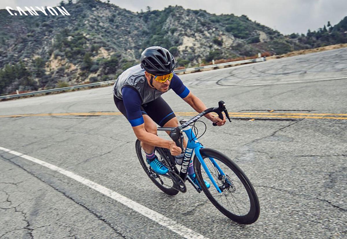 Un ciclista che pedala con bici Canyon 2020