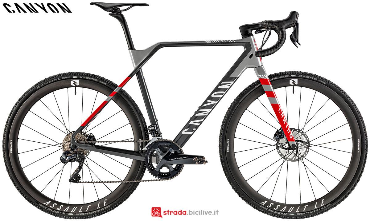 Una bici Canyon Inflite CF SLX 9.0 Team 2020