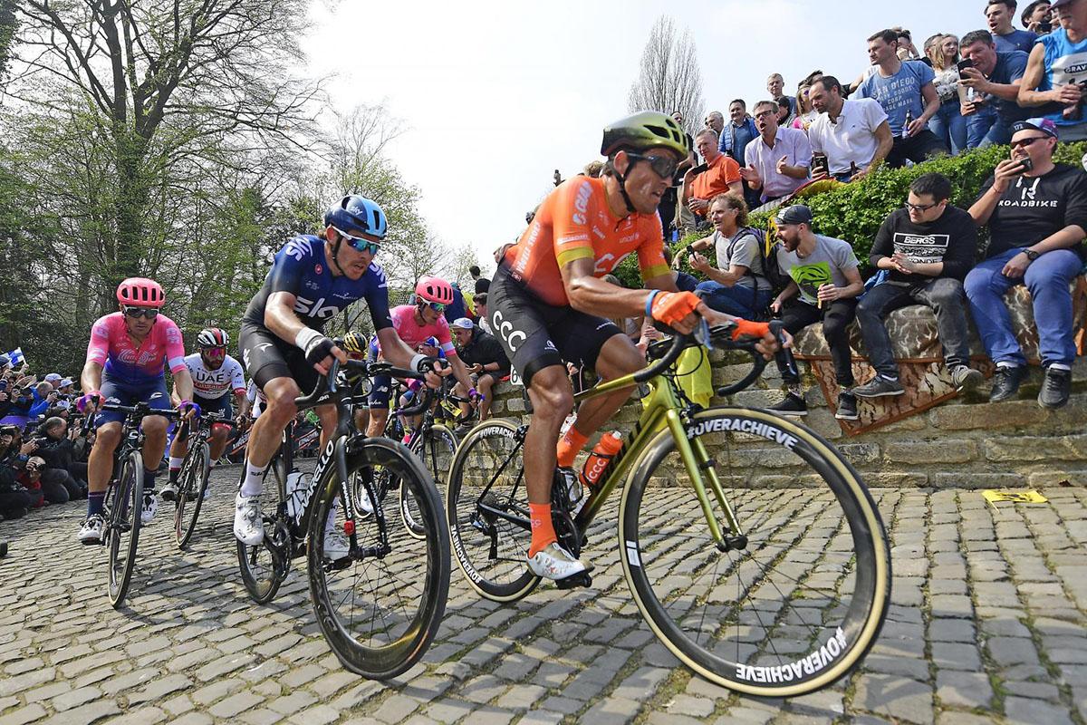 I ciclisti che pedalano sul pavè del Giro delle Fiandre 2020
