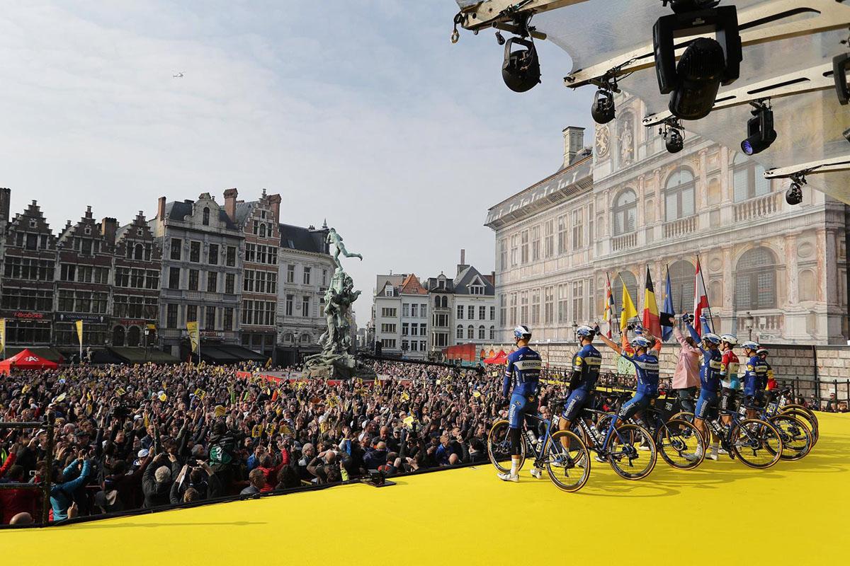La folla che acclama le squadre al Giro delle Fiandre