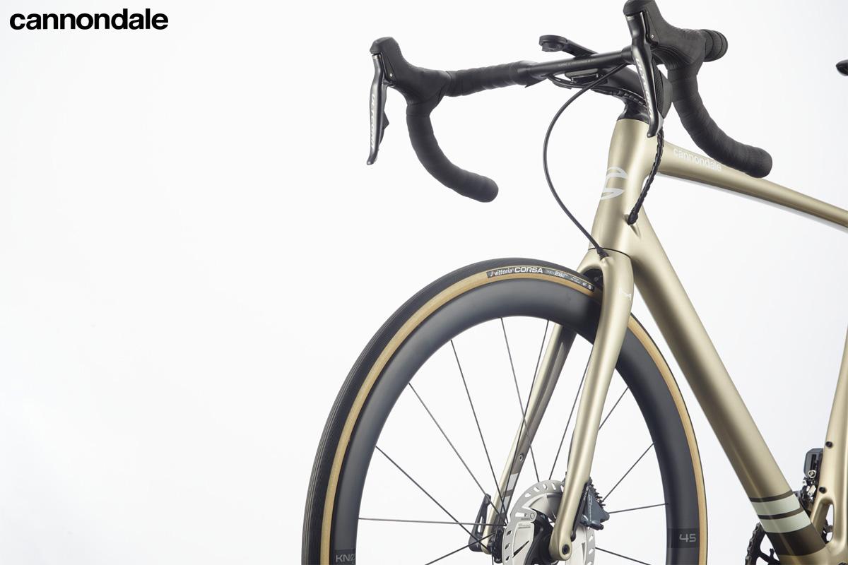 La parte anteriore della bicicletta da strada Cannondale Synapse Carbon Hi-MOD Disc Ultegra Di2 2020