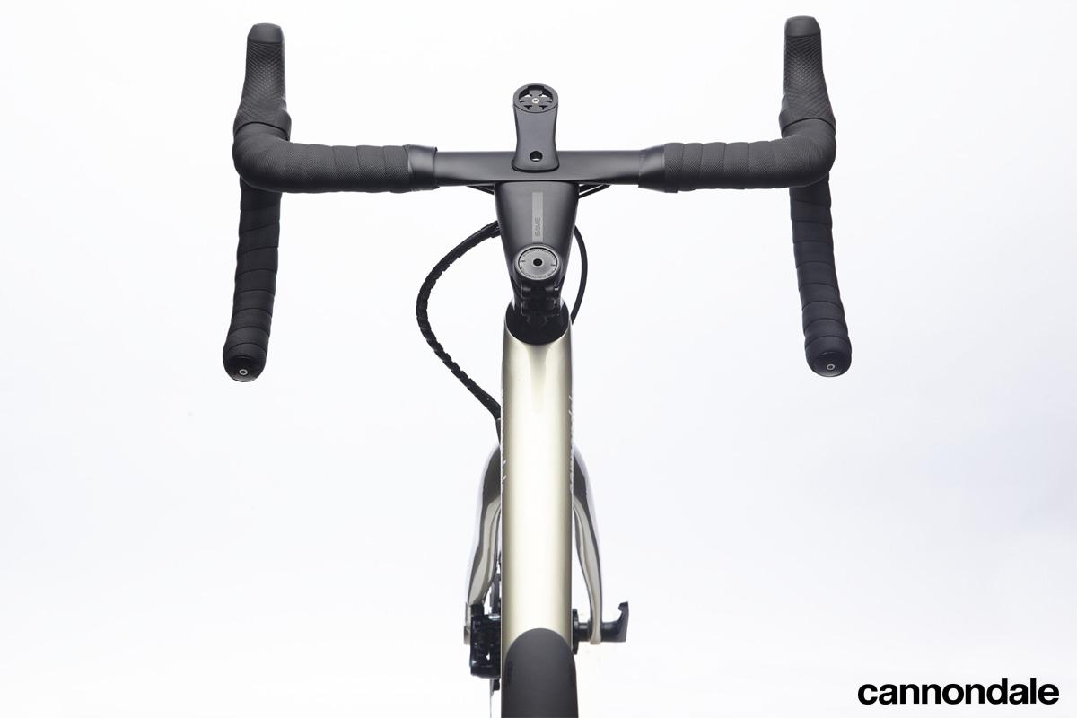 La bici Cannondale Synapse Carbon Hi-MOD Disc Ultegra Di2 2020 vista dall'alto