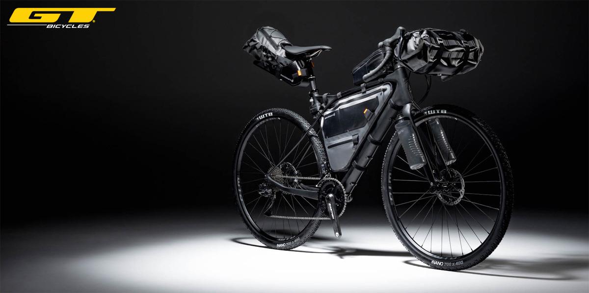 Una bicicletta da gravel GT Grade con borse e accessori bikepacking