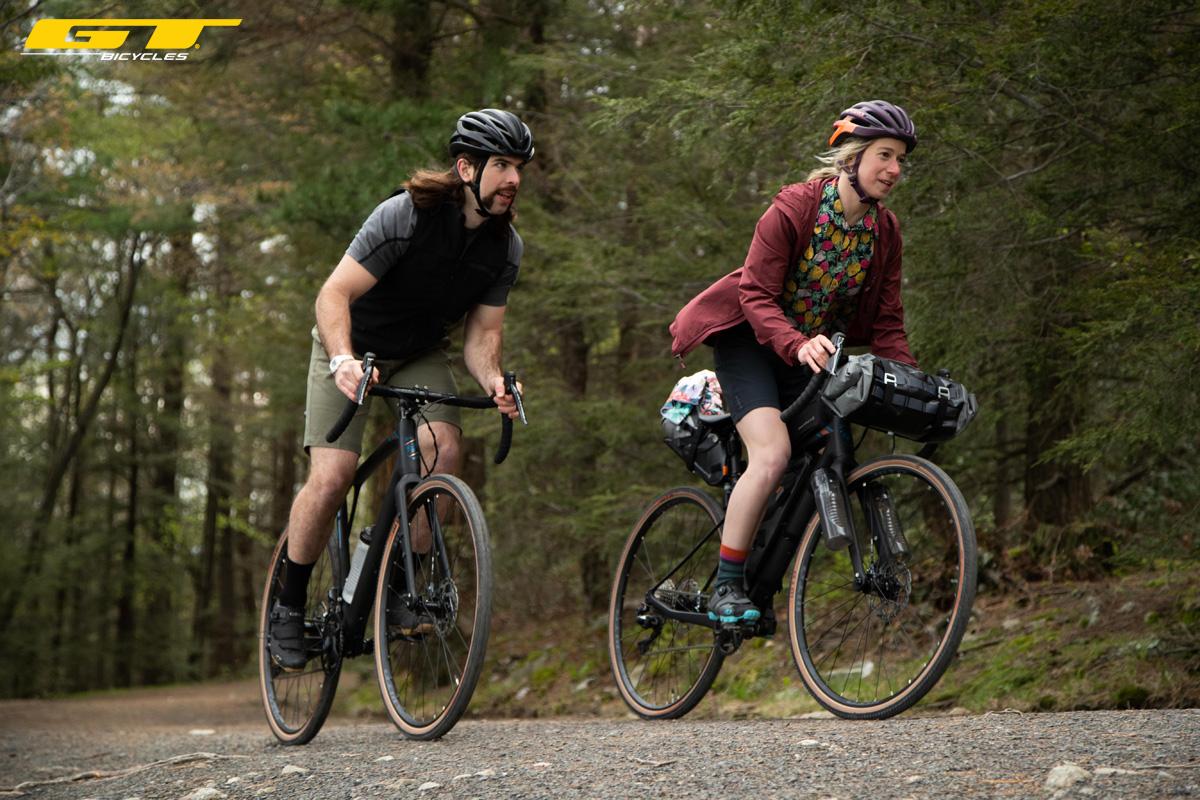 Due cicloturisti in sella a biciclette gravel GT Bicycles del 2020