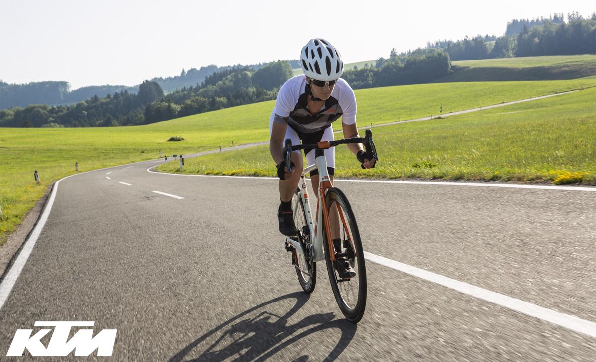 Ciclista pedala in sella alla bici da corsa aero KTM Revelator Lisse Prestige 2020 con Dura-Ace Di2