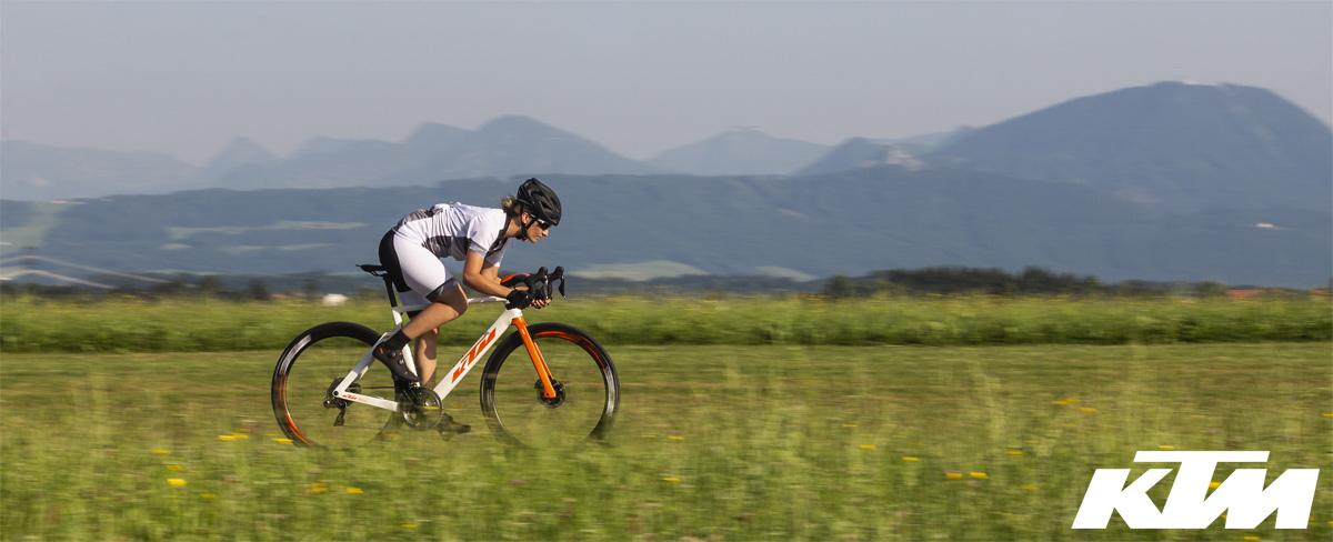 Ciclista in sella alla bici da corsa aero KTM Revelator Lisse Prestige 2020 con Dura-Ace Di2