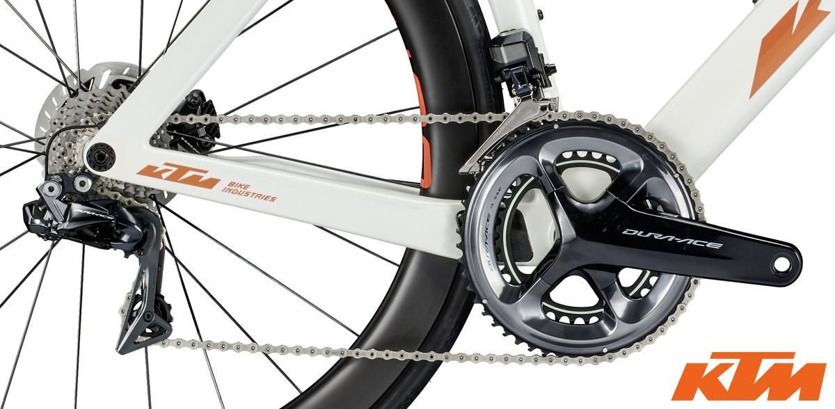 La trasmissione Shimano Dura-Ace Di2 equipaggiata sulla bici da corsa aero KTM Revelator Lisse Prestige 2020