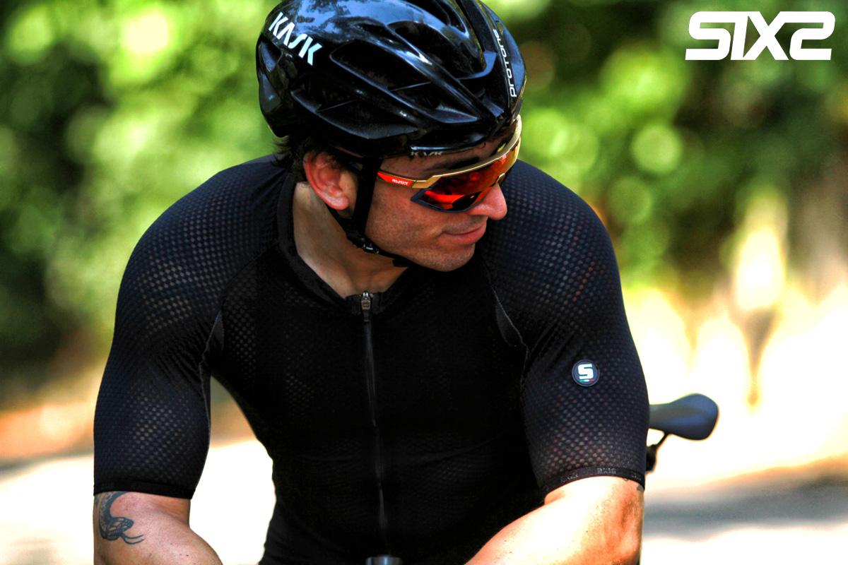 Ciclista che indossa una maglia SIXS Serra Jersey