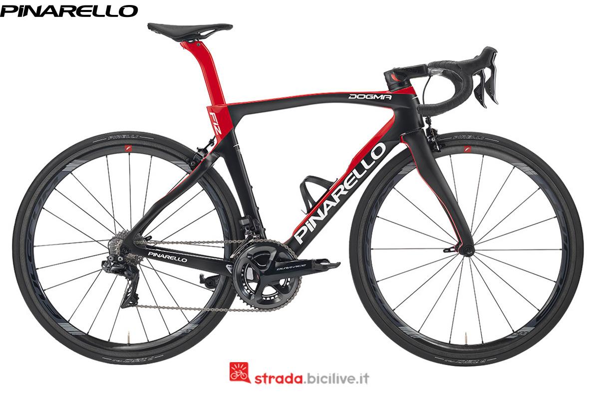 Una bicicletta da corsa Dogma F12 vista di profilo