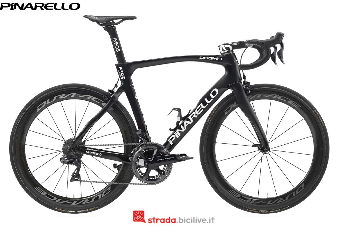 Visuale laterale di una bici di corsa Pinarello F12 Xlight 2020