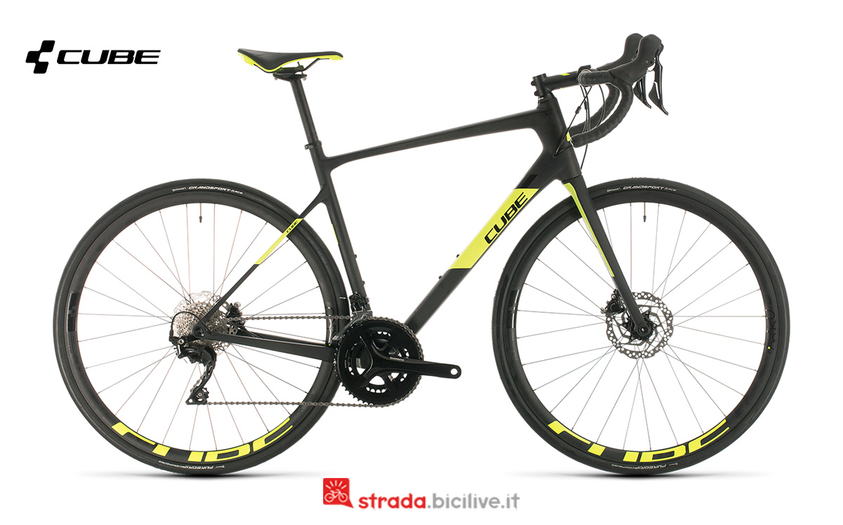 Una bici da strada Cube Attain GTC Race vista di profilo