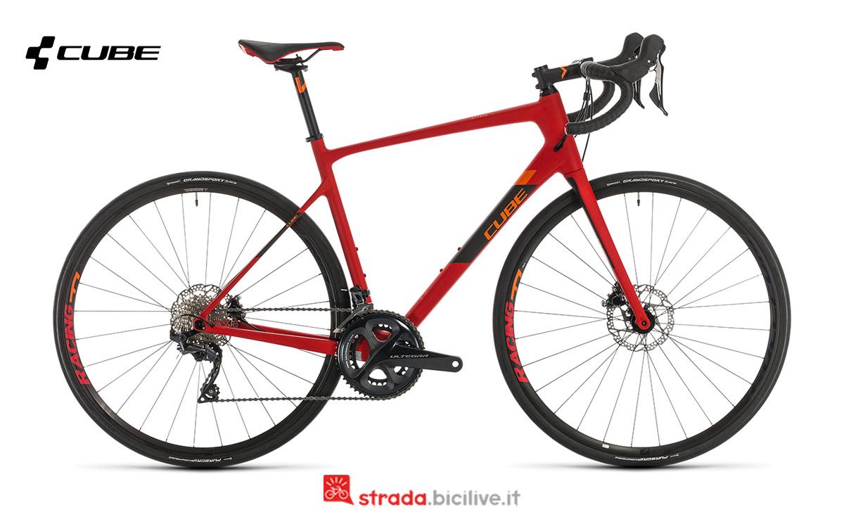 Una bicicletta Cube Attain GTC SL vista di profilo