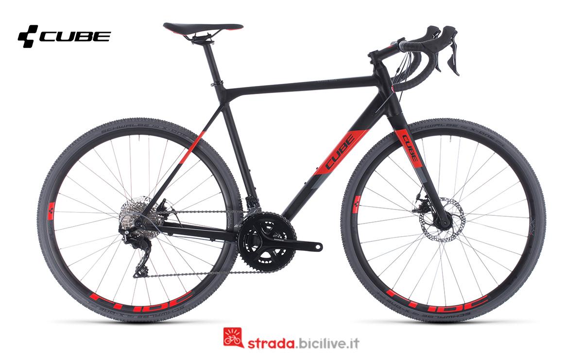 Una bici Cube Cross Race vista di profilo