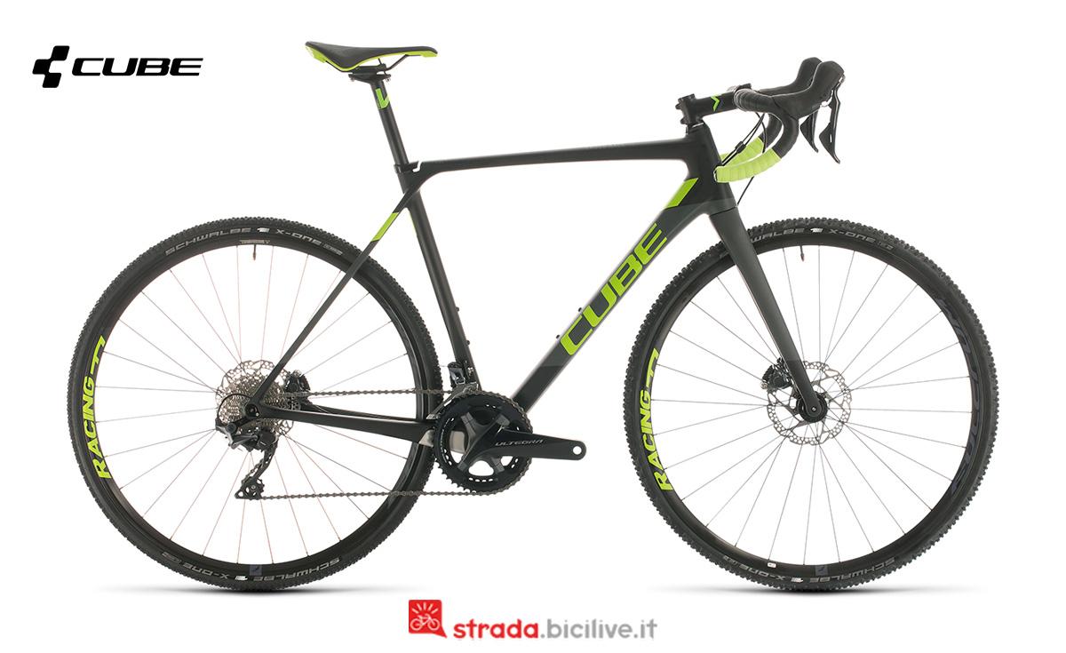 Una bici Cube Cross Race C:62 Pro di profilo
