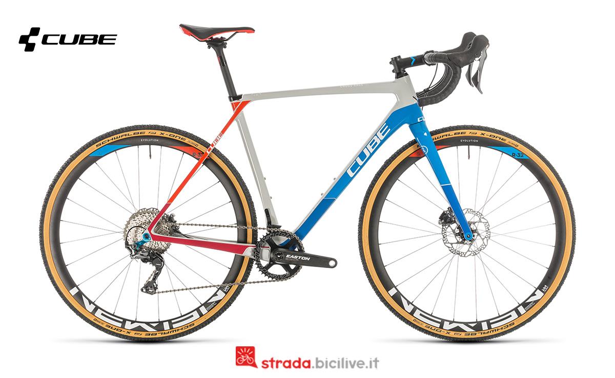 Una bicicletta Cube Cross race C:62 SL vista di profilo