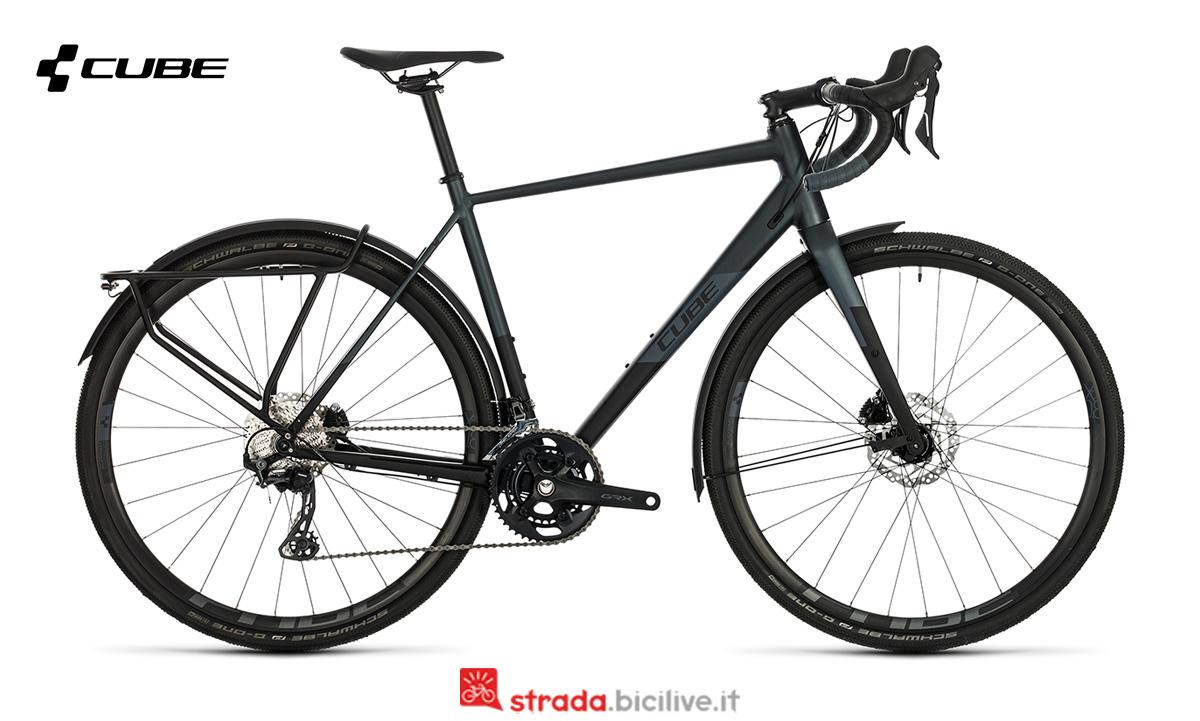 Una bicicletta Cube Nuroad Race FE  di profilo