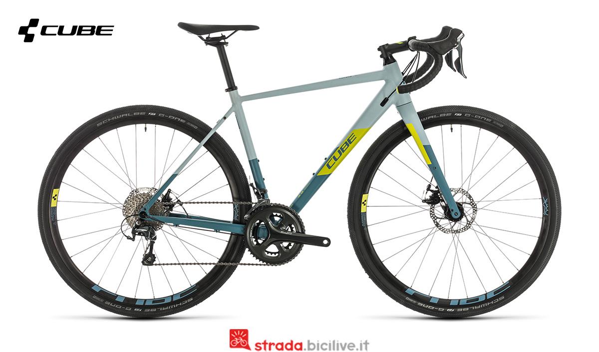 Una bici gravel Cube Nuroad WS con telaio da donna
