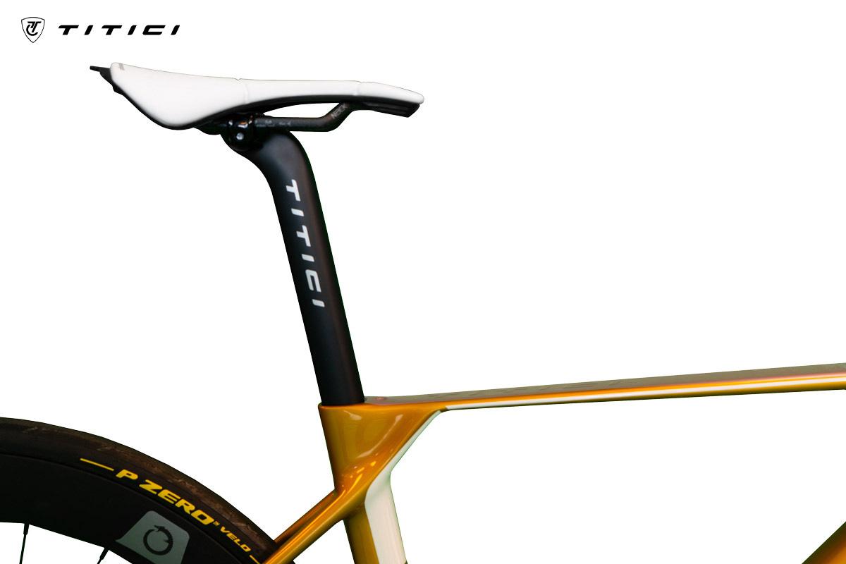 Reggisella e sella montati sul telaio bici da strada Titici F-RI02