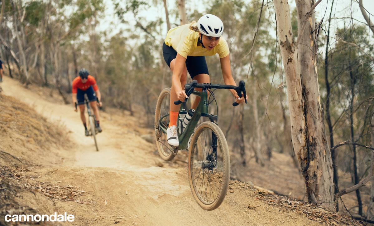 Ciclisti in azione in sella a biciclette gravel Cannondale Topstone Carbon Lefty Oliver