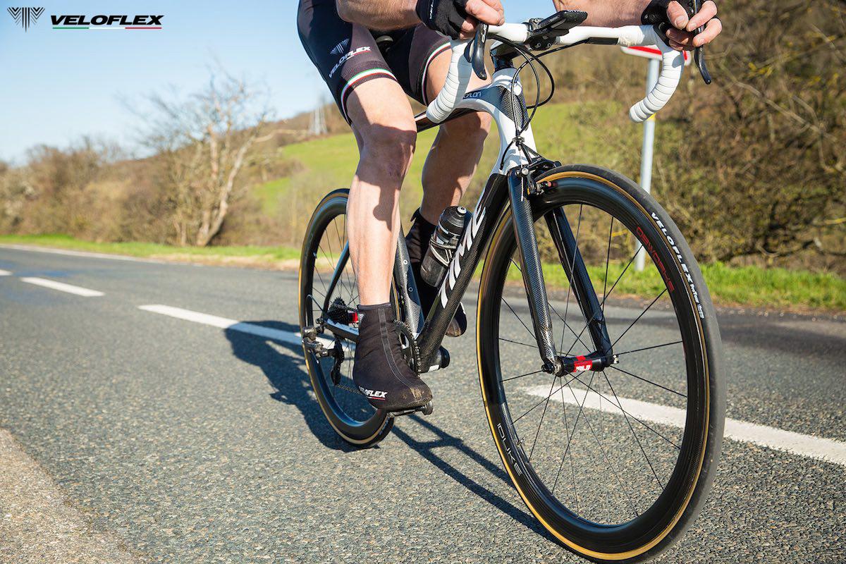 Uomo pedala su una bicicletta da corsa che monta i copertoncini Veloflex