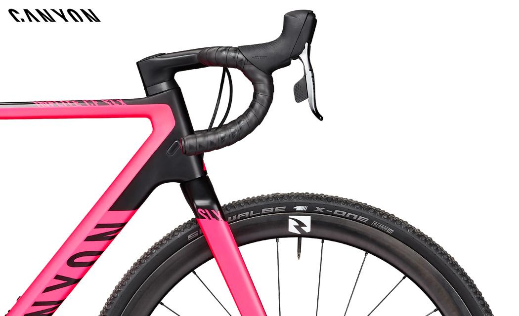 Il dettaglio dell'anteriore della bici da ciclocross Inflite CF SLX 9 2021