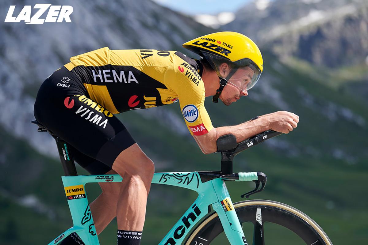 Il ciclista pro Primoz Roglic corre su bici da crono indossando il casco Lazer Volante 2021