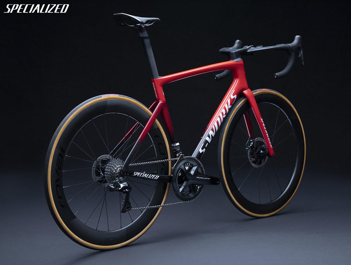Visione posteriore di un modello di bici da competizione Specialized Tarmac 2021