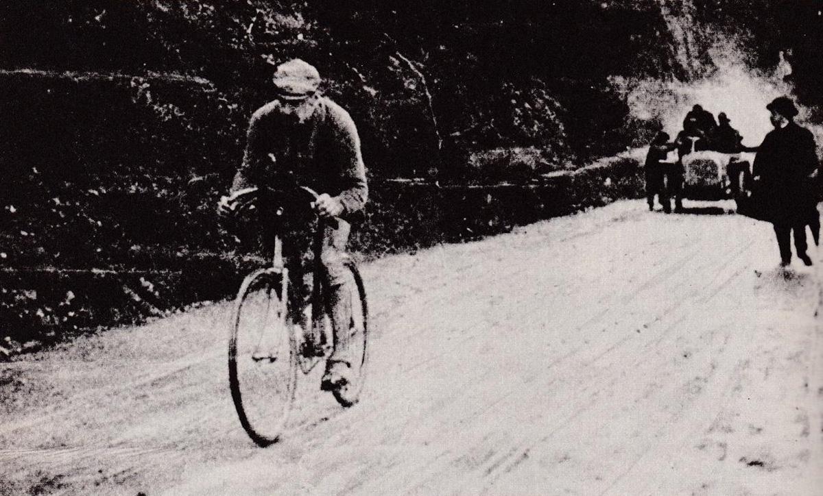 Vecchia fotografia in bianco e nero di Luigi Ganna durante il primo Giro D'Italia nel 1909