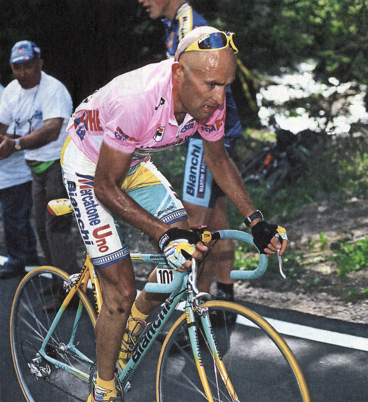 Uno scatto di Marco Pantani durante il Giro D'Italia del 1998