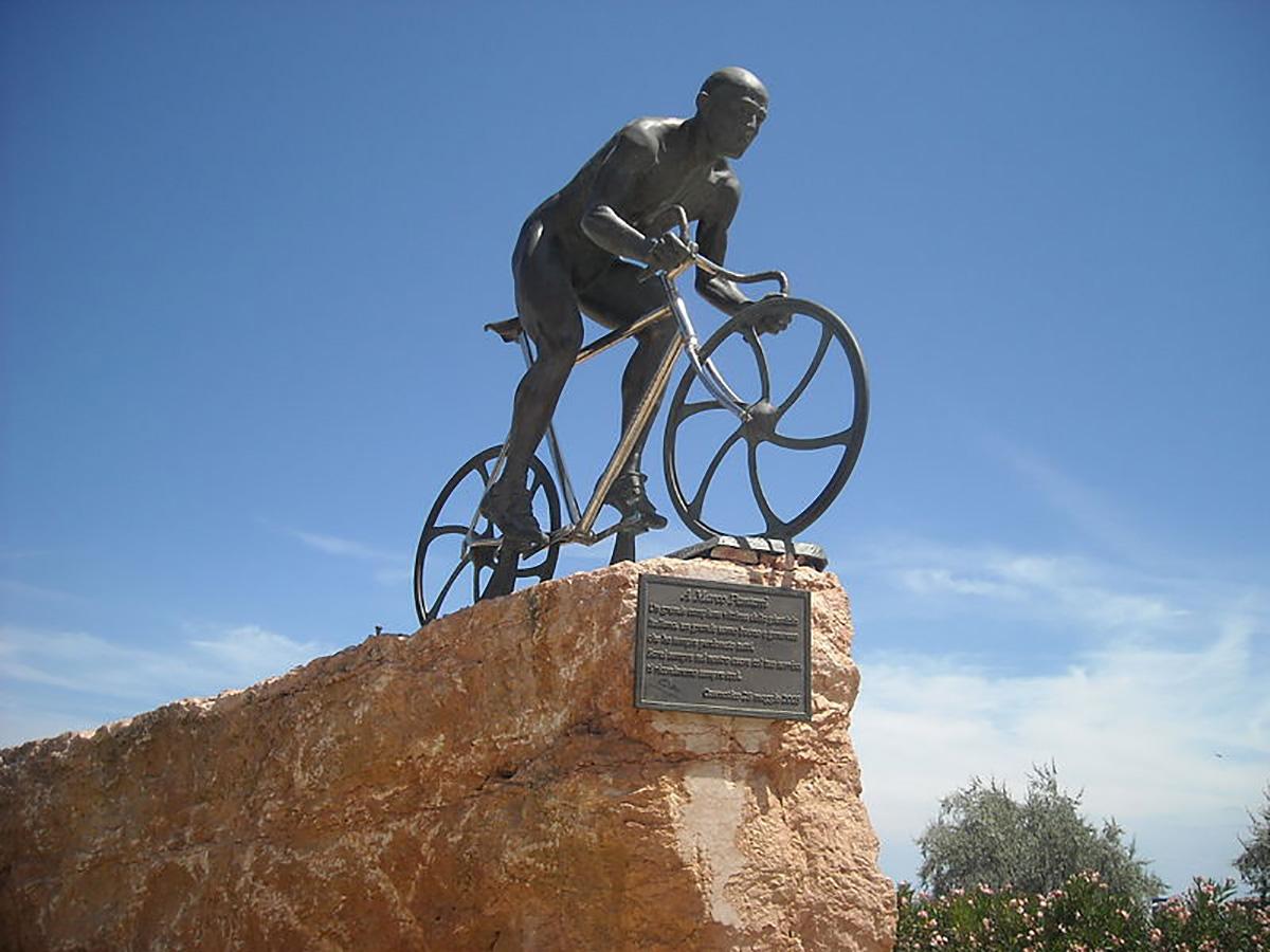 """Il monumento di Cesenatico dedicato al """"pirata"""" Marco Pantani"""