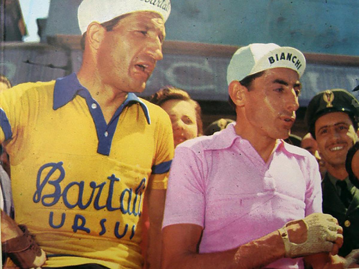 Vecchio scatto post-colorato di Gino Bartali affianco allo storico rivale Fausto Coppi