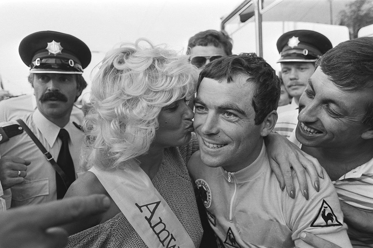 La foto di Bernard Hinault mentre viene premiato per la vittoria