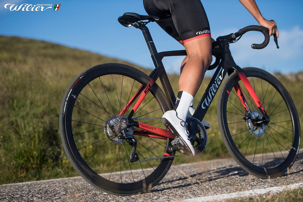 Uomo pedala sulla nuova bici da strada Wilier Triestina Cento10 SL 2020