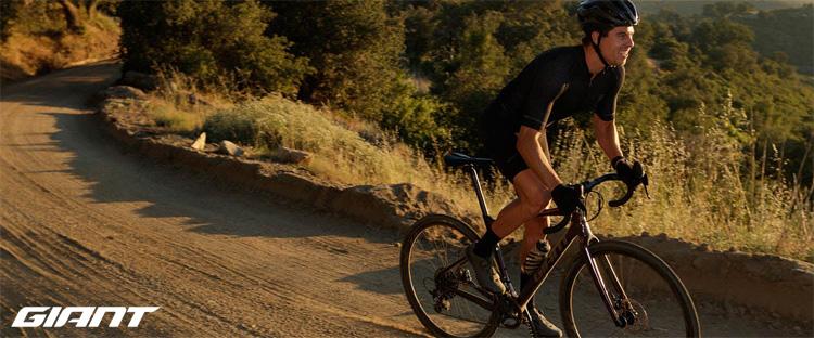 Ciclista pedala su una strada sterrata in sella a una bici gravel Giant del 2021