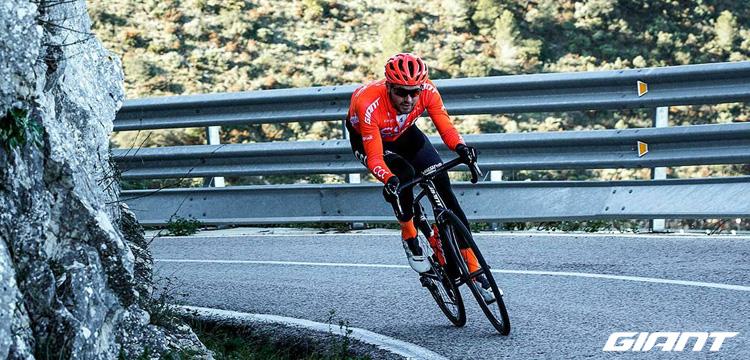 Ciclista pedala in sella a una bici da corsa Giant 2021