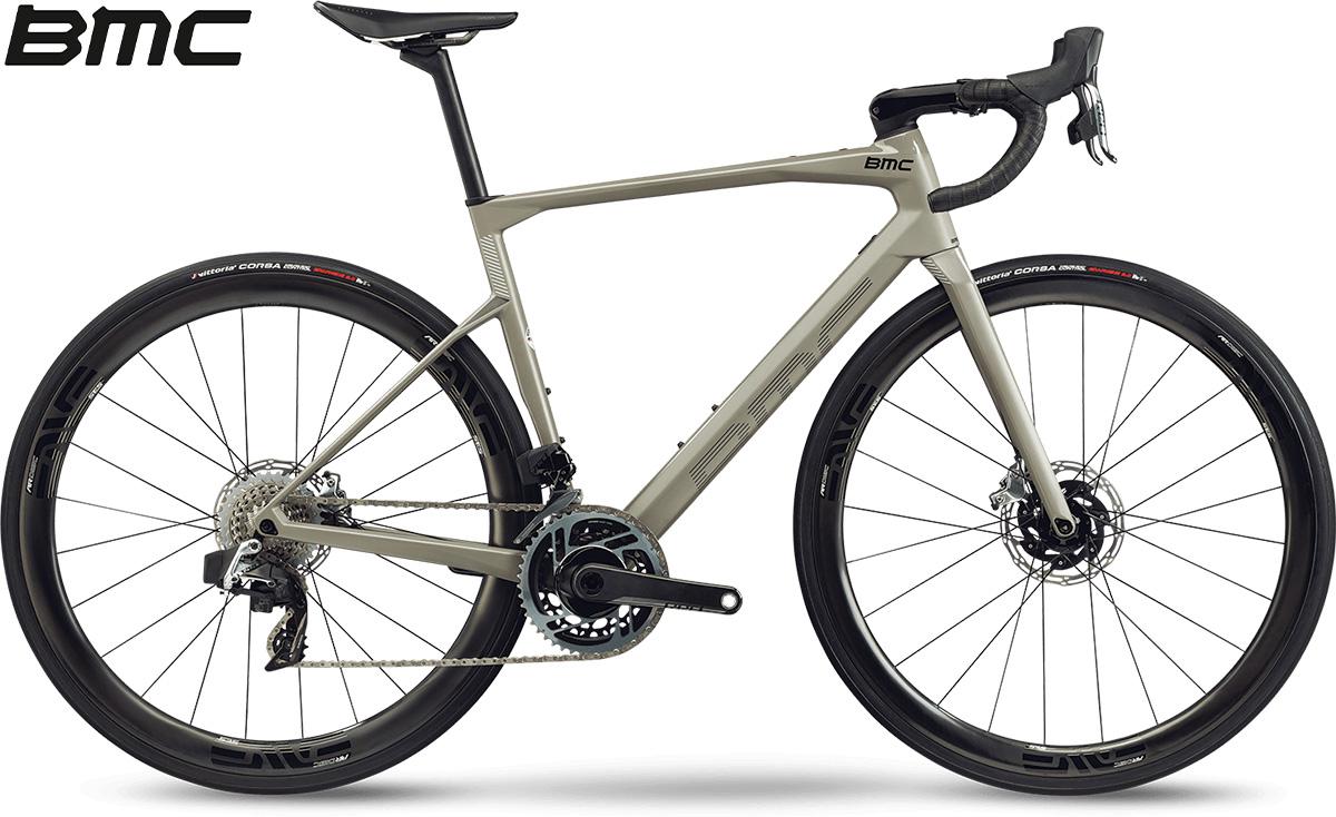 La nuova bici da corsa 2021 BMC Roadmachine 01 One con cambio SRAM Red eTap AXS