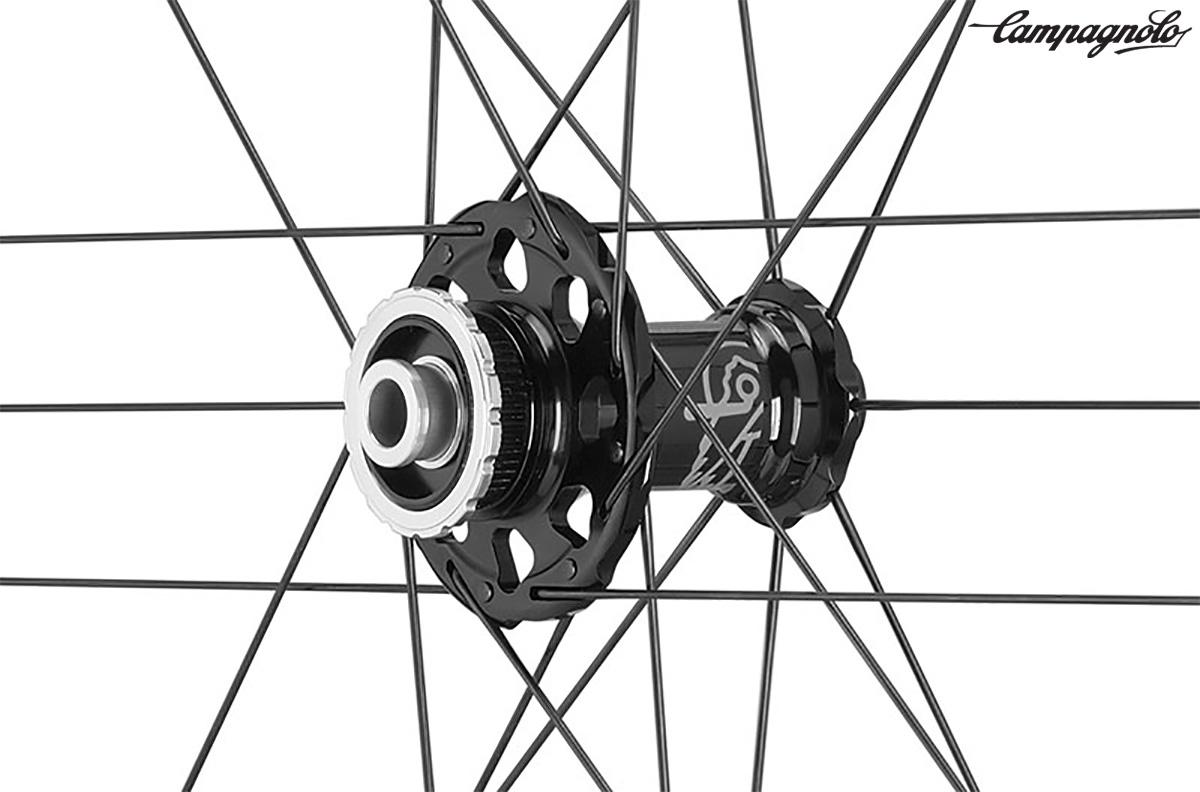 Un dettaglio delle nuove ruote da endurance per bici da strada Shamal Carbon Disk Brake di Campagnolo
