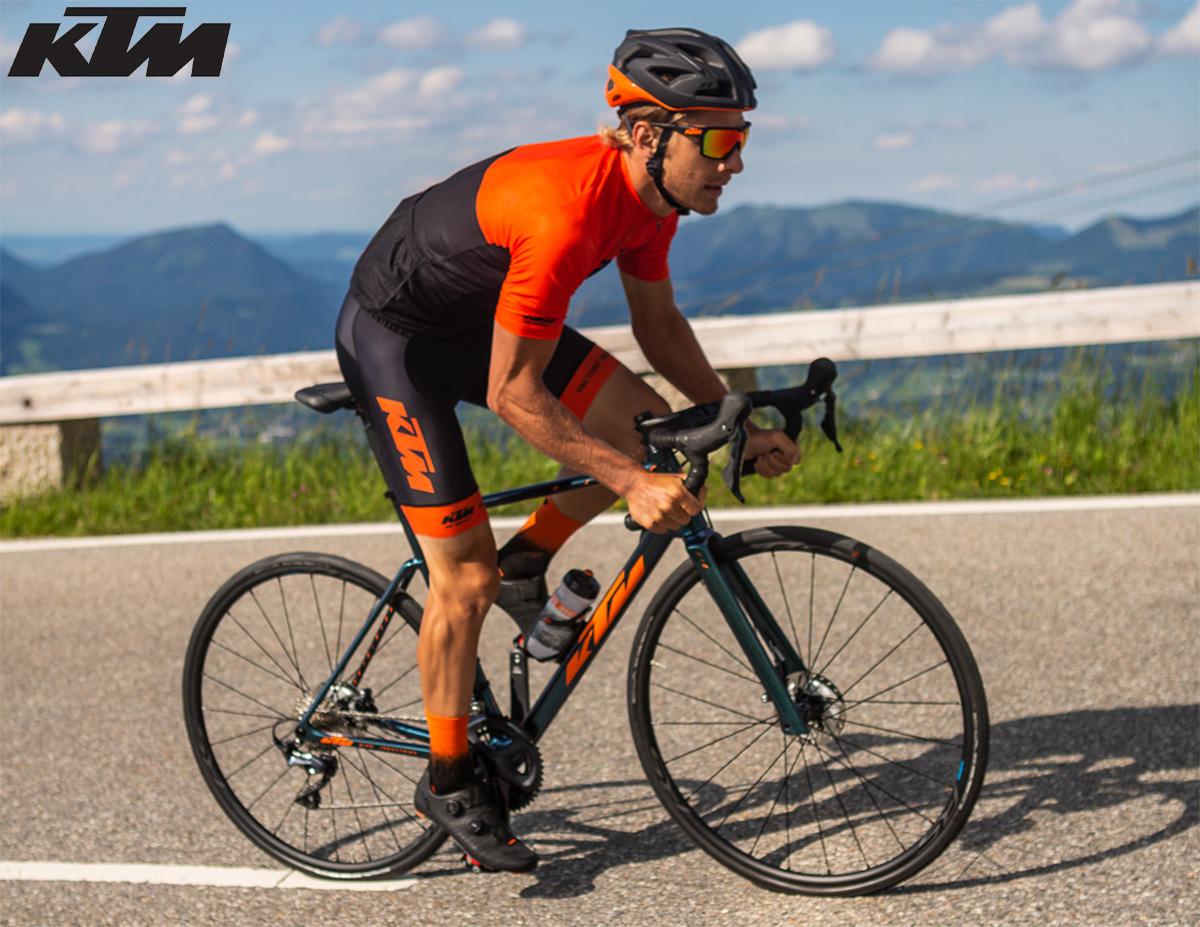 Un uomo pedala su una nuova bici da strada 2021 KTM