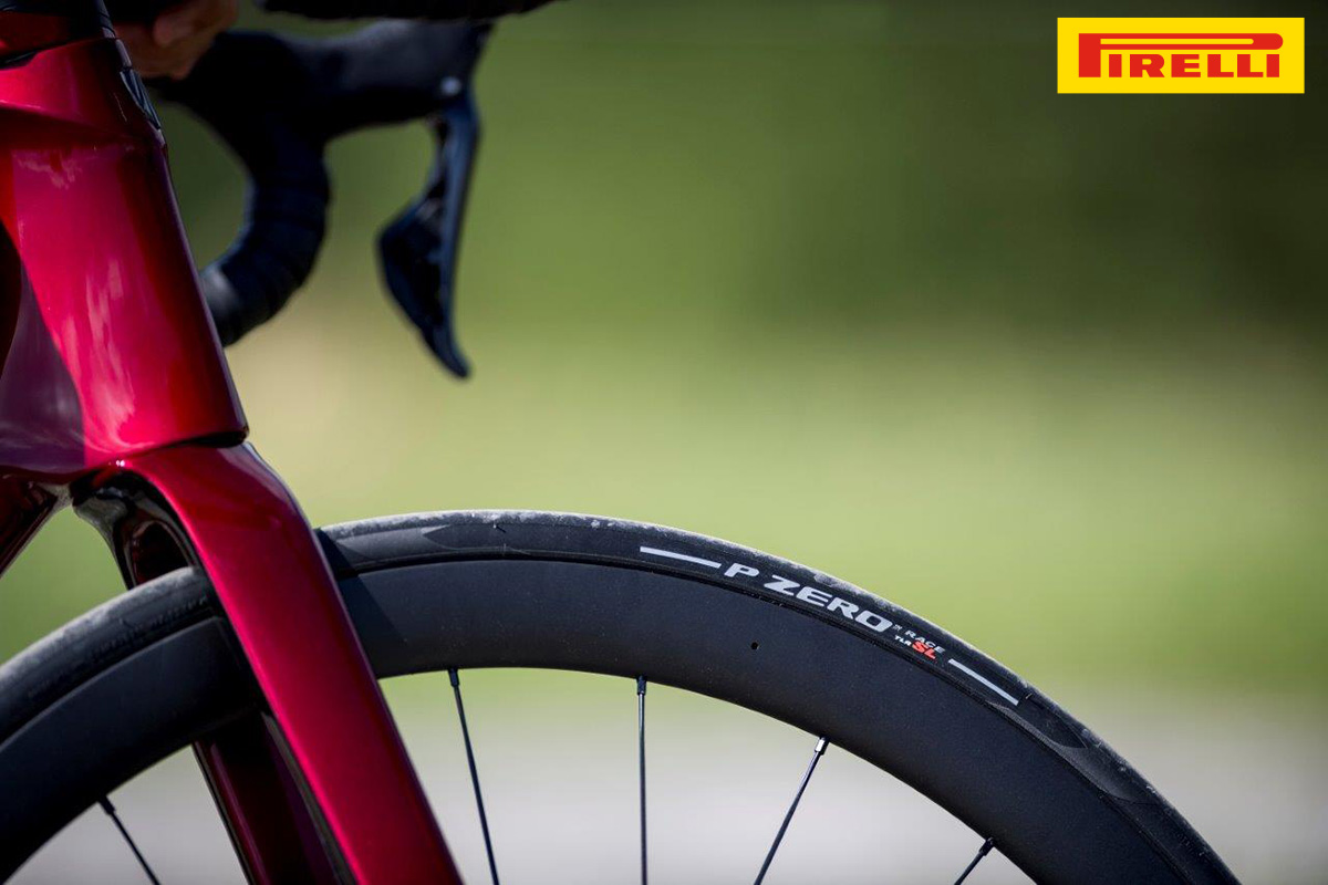 Una bicicletta da strada che monta il nuovo copertone Pirelli Pzero Race TLR SL 2020