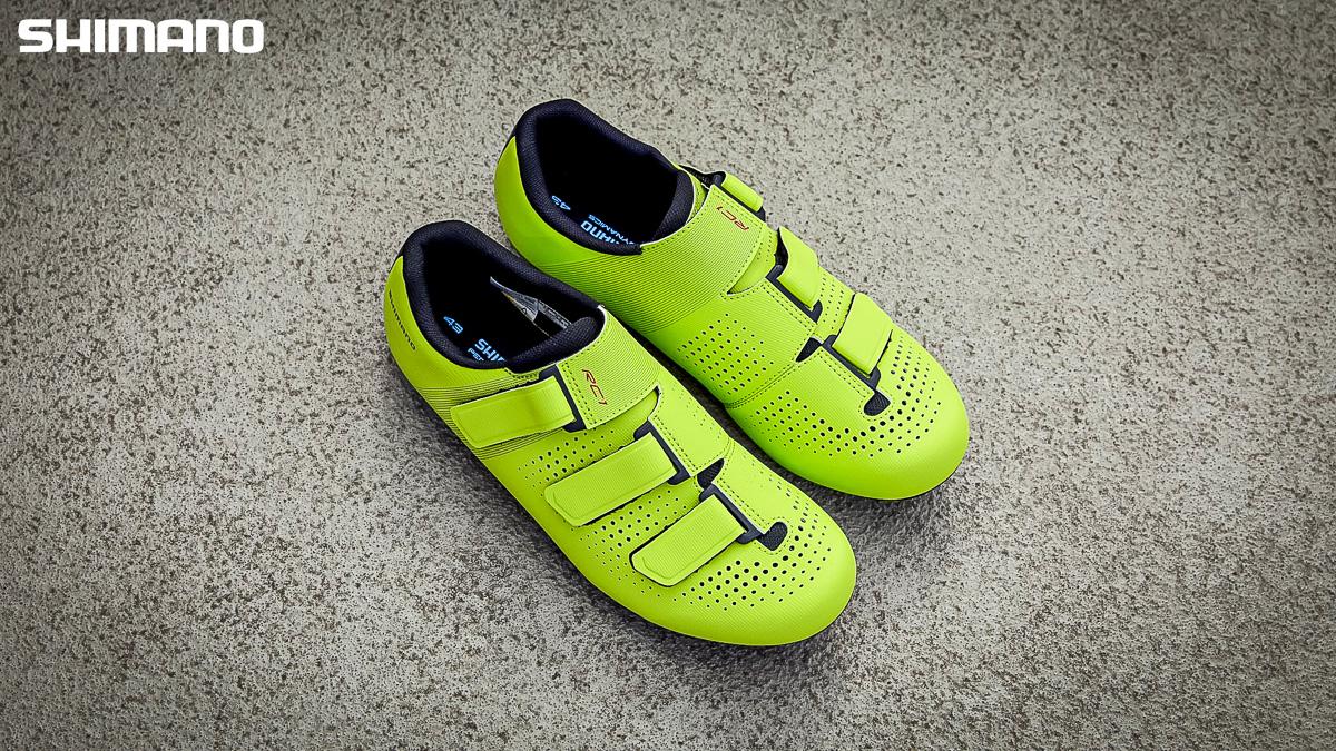 Un paio delle nuove scarpe per bici da corsa Shimano RC1 2021
