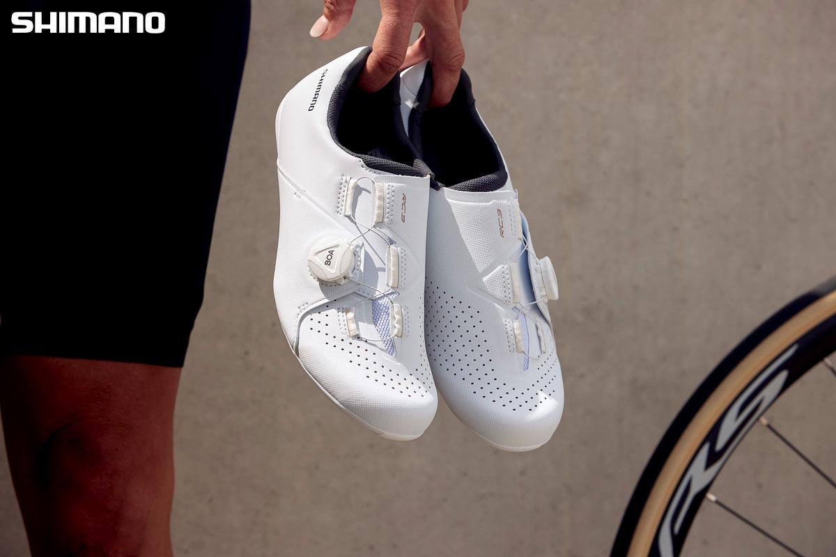 Un paio delle nuove scarpe per bici da strada Shimano RC3 2021