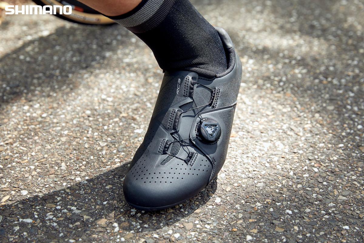 Il modello nero della nuova scarpa per bici da strada Shimano RC3 2021