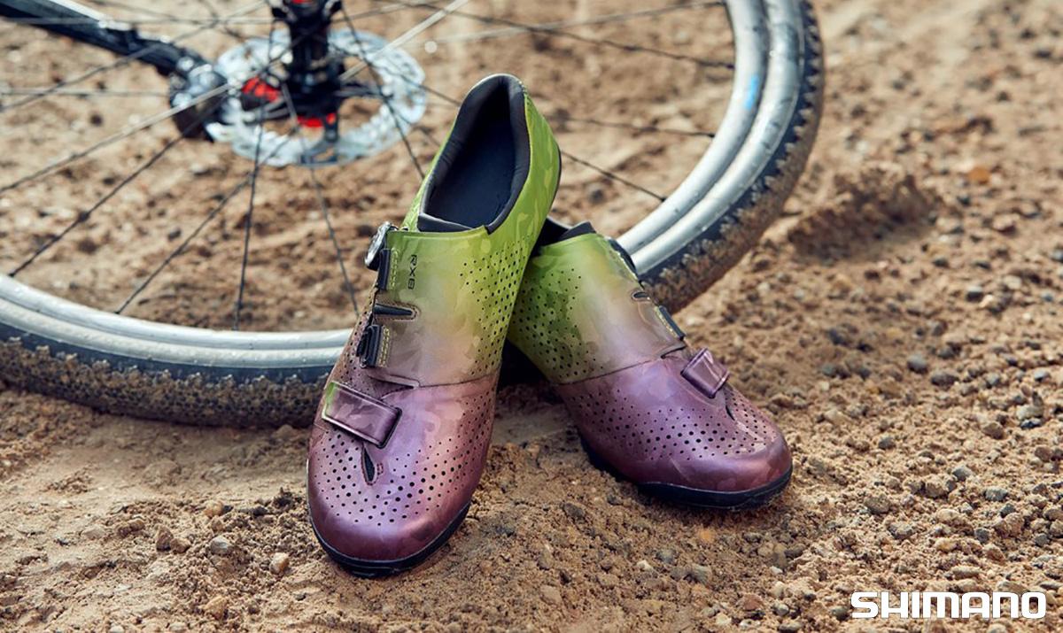 Un paio delle nuove scarpe per bici gravel Shimano RX8